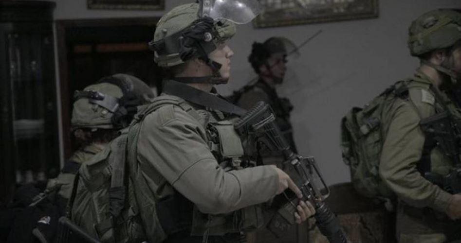 Le forze israeliane arrestano 9 giovani a Shufat e Enata
