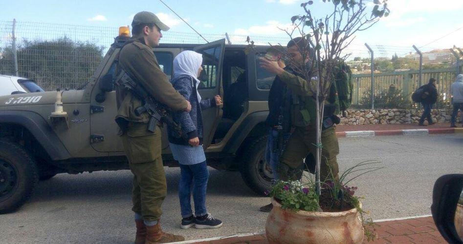 I coloni l'aggrediscono e i soldati l'arrestano: ragazzina palestinese e il terrorismo israeliano