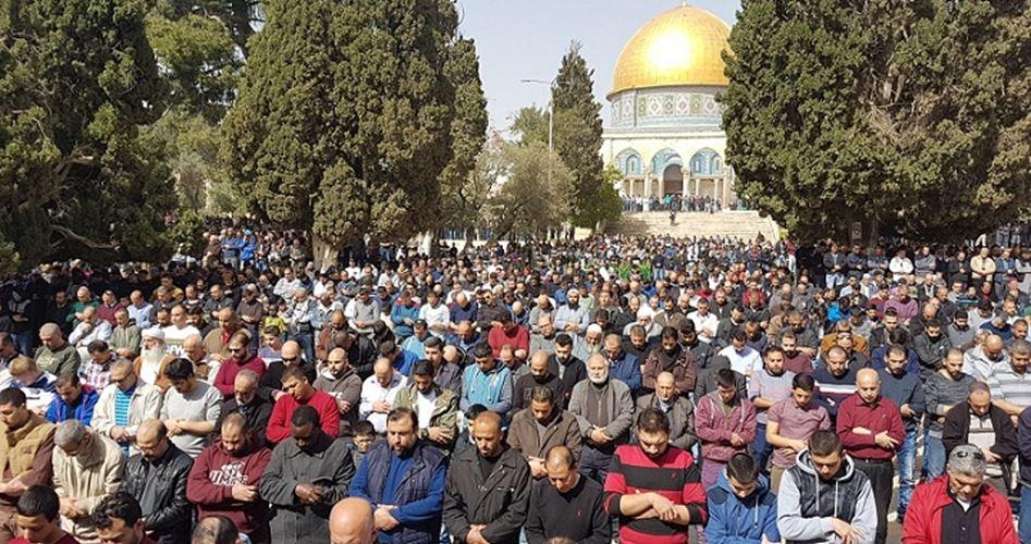 45.000 Palestinesi eseguono la preghiera del venerdì a al-Aqsa