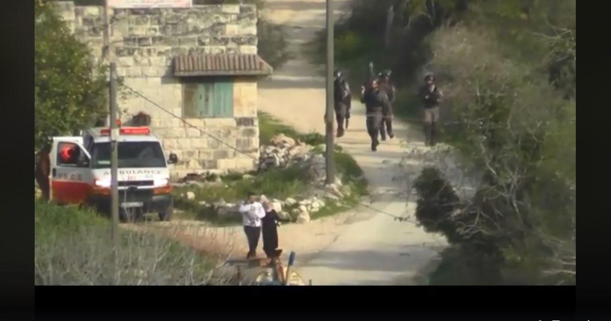 Le forze israeliane sparano contro una coppia con in braccio un neonato