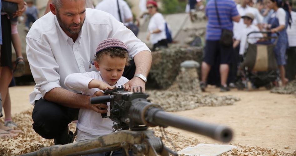 Israele addestra i bambini all'uso delle armi contro i Palestinesi