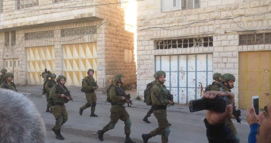 I soldati israeliani attaccano scolari palestinesi a Hebron