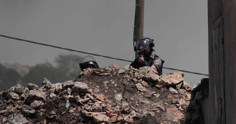 Giovani anti-occupazione danno fuoco a postazione di guardia israeliana