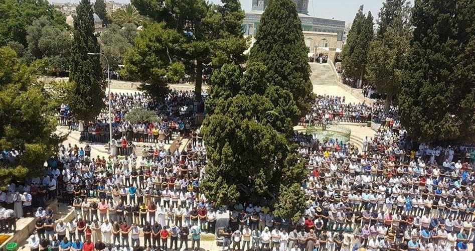 120.000 Palestinesi pregano a al-Aqsa