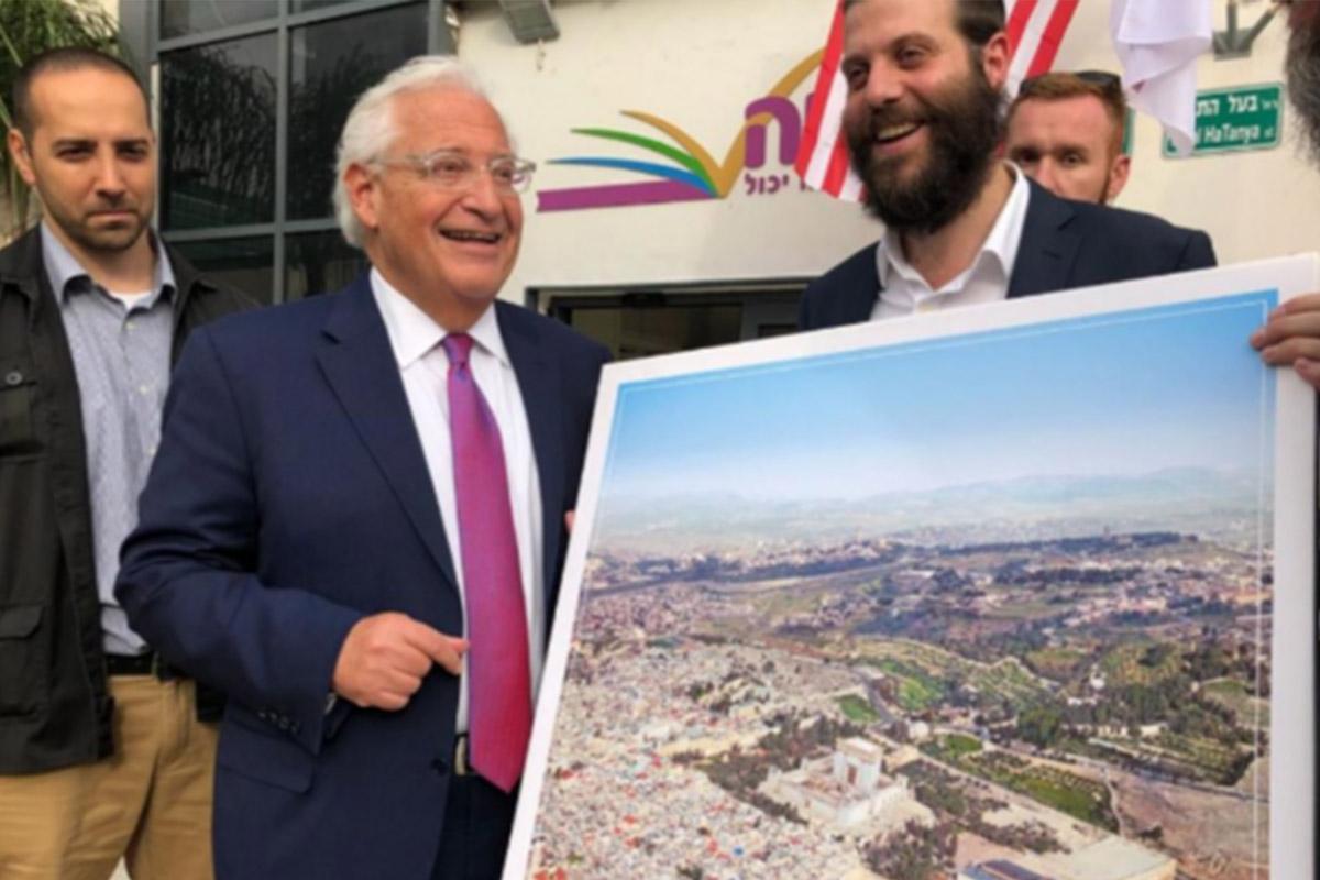 L'ambasciatore USA posa con un poster del tempio ebraico al posto della moschea al-Aqsa