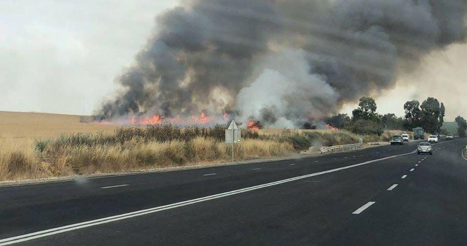 Aquiloni incendiari lanciati da Gaza danno fuoco alle terre di Kissufim