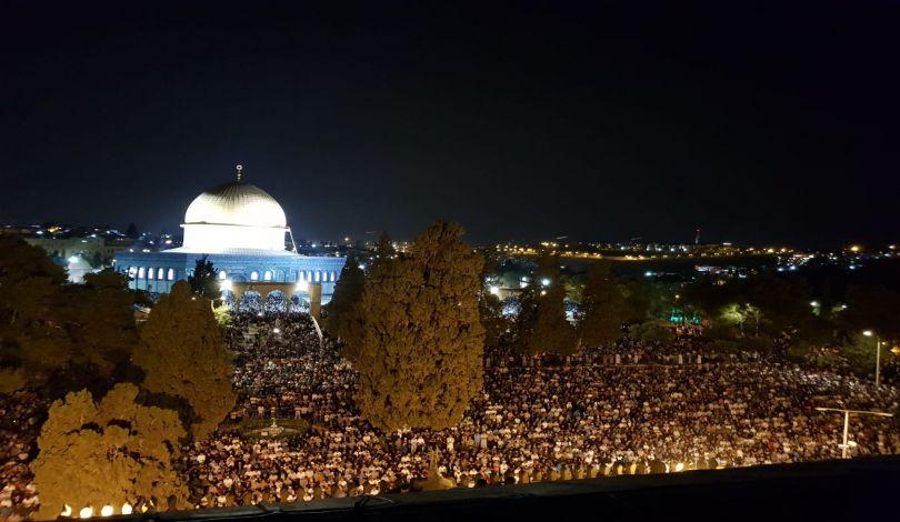 350.000 musulmani palestinesi celebrano la Notte del Destino a al-Aqsa