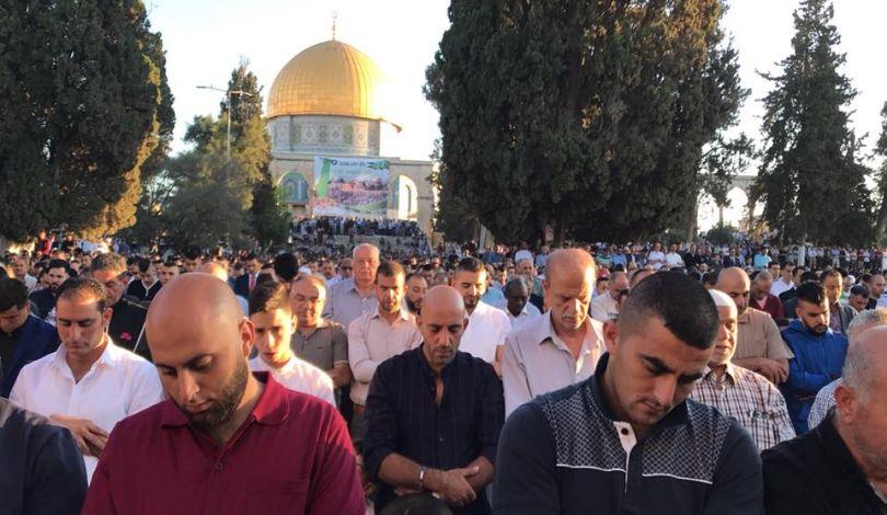 Gerusalemme, 90.000 palestinesi celebrano la Eid ul-Fitr a al-Aqsa