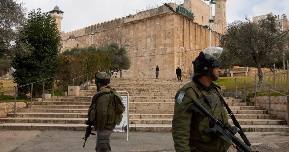 Hebron, centinaia di coloni cantano e ballano nella moschea Ibrahimi insultando i Palestinesi