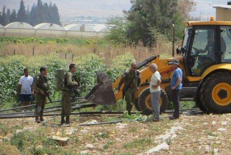 Esercito israeliano sequestra condutture idriche in villaggio del Valle del Giordano