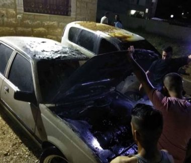 Coloni israeliani danno fuoco a due auto palestinesi vicino a Nablus