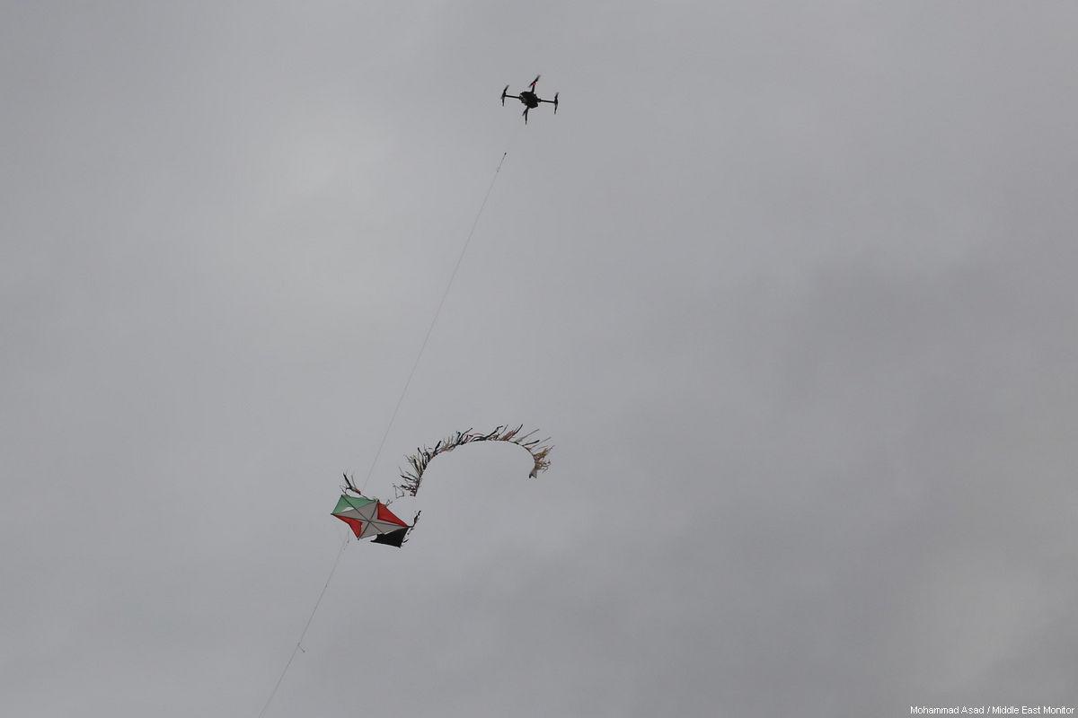 Drone israeliano lancia missile contro gruppo di giovani gazawi