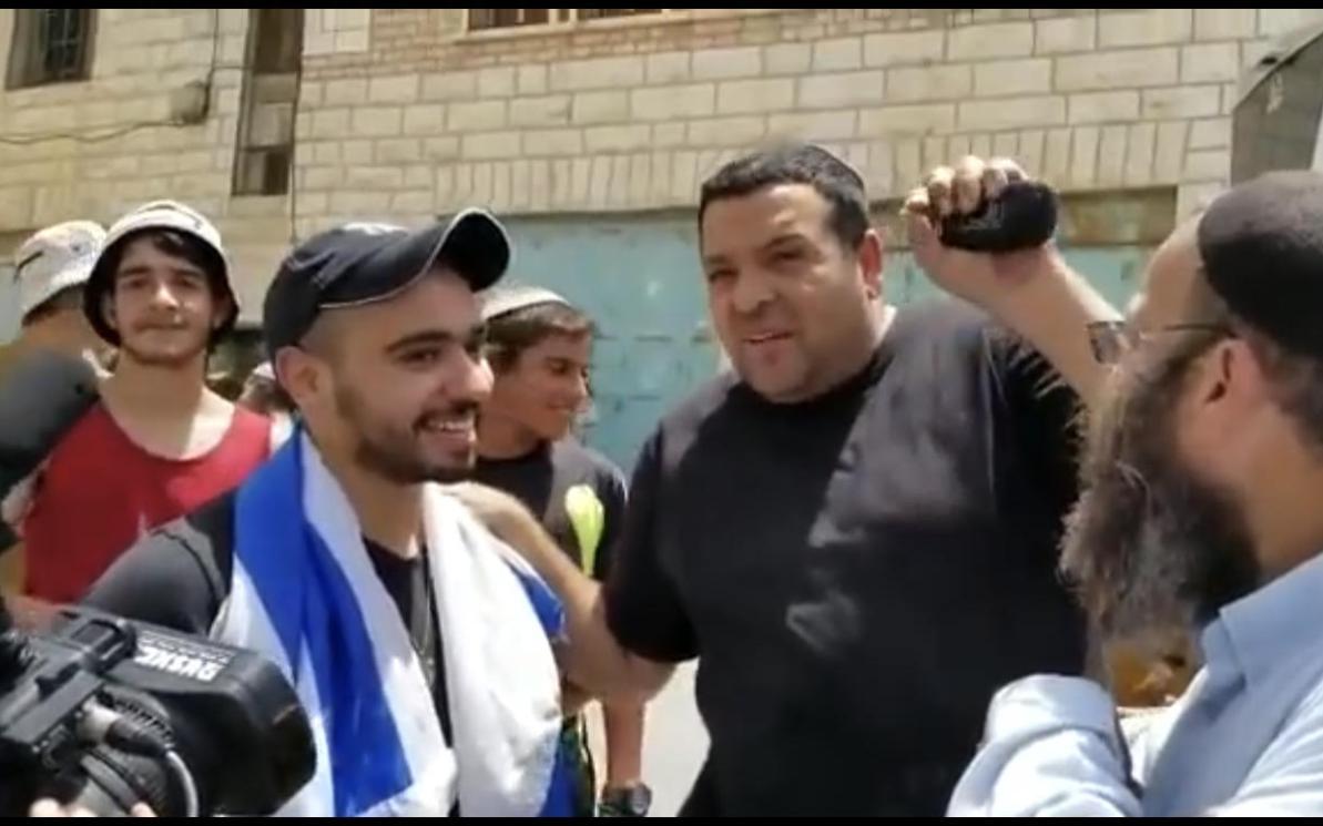 """Coloni danno il """"benvenuto da eroe"""" all'assassino di Hebron di ritorno sulla scena del crimine"""