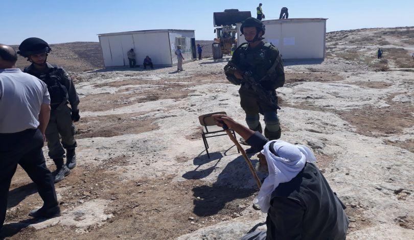 I soldati israeliani smantellano una scuola palestinese a Yatta