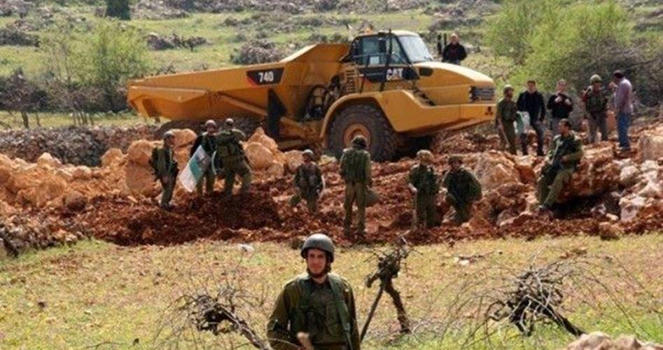 I bulldozer israeliani distruggono terra palestinese vicino a Gerusalemme
