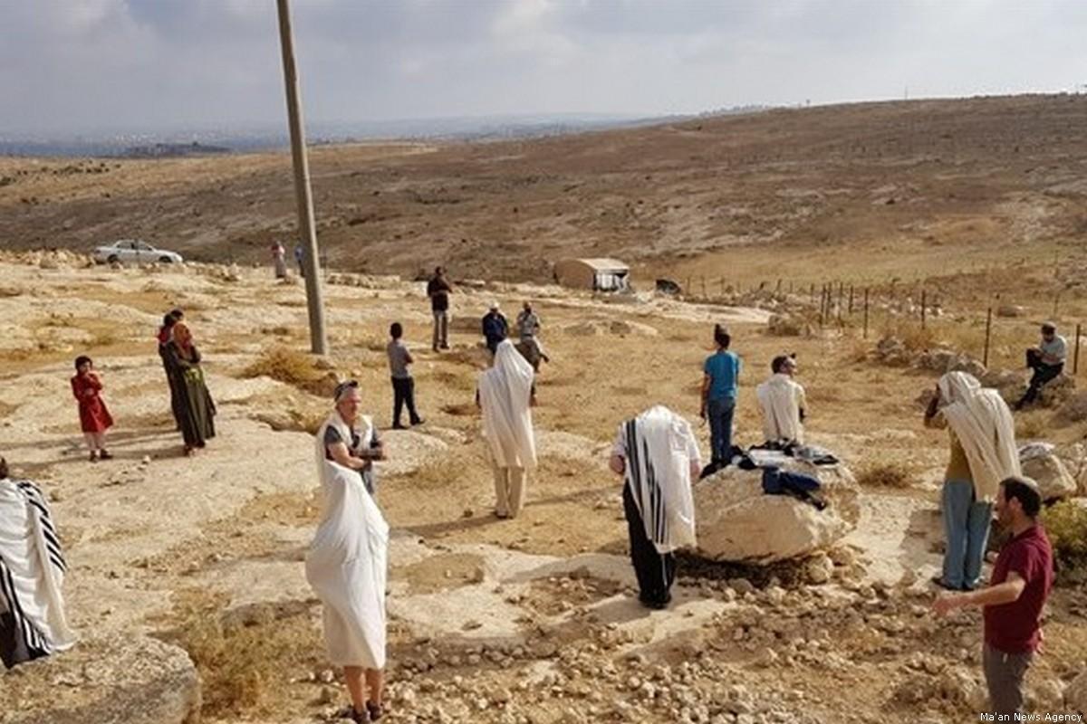 Coloni israeliani invadono aree di Hebron