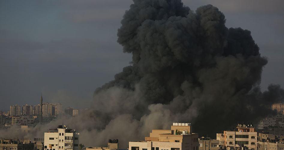 18 palestinesi feriti durante attacco aereo israeliano su centro culturale a Gaza