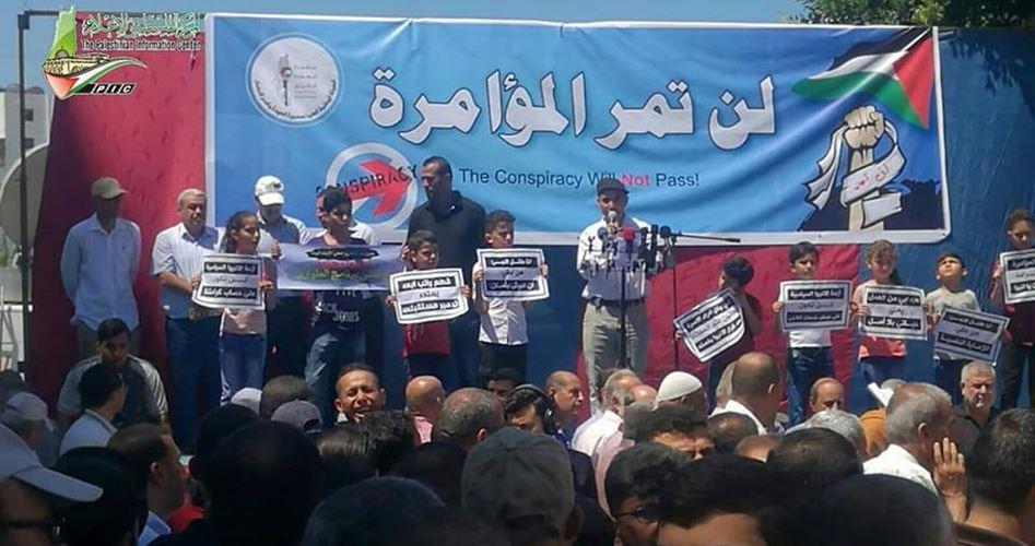 Gaza, migliaia di persone protestano contro i tagli dell'UNRWA: non fateci morire di fame