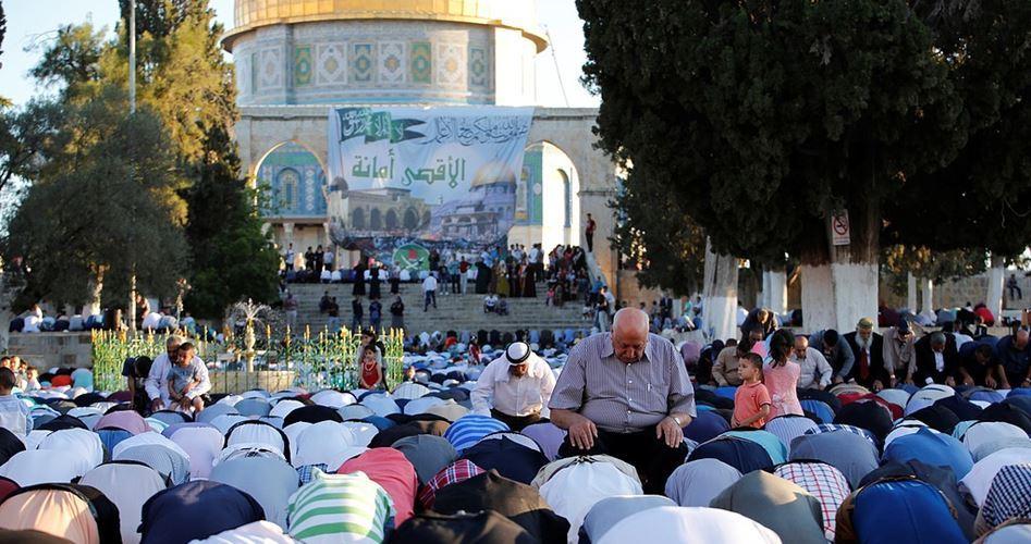 Decine di migliaia di Palestinesi pregano a al-Aqsa per l'Eid al-Adha