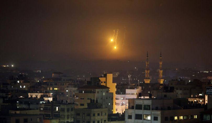 Catena di attacchi aerei israeliani contro la Striscia di Gaza: 3 morti, compresa una donna incinta e la sua bimba di 18 mesi