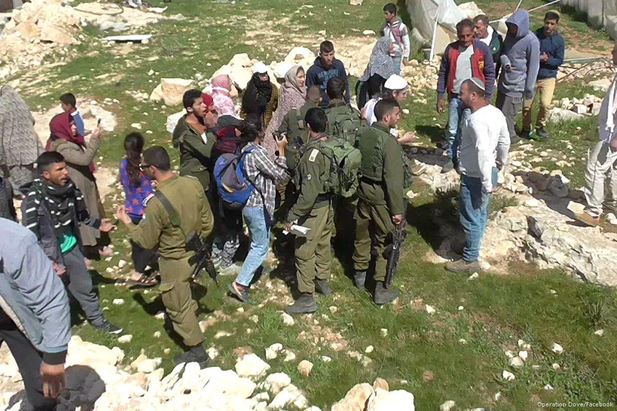 B'Tselem: attacchi congiunti di coloni e soldati contro cittadina palestinese
