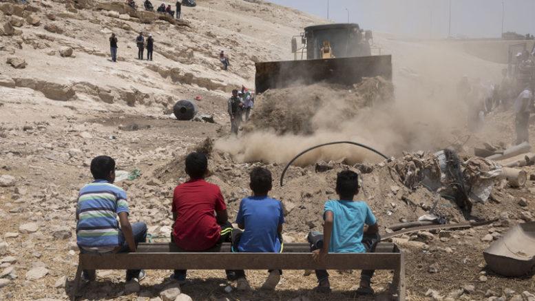 I giudici israeliani danno l'approvazione definitiva a un crimine di guerra a Khan al-Ahmar