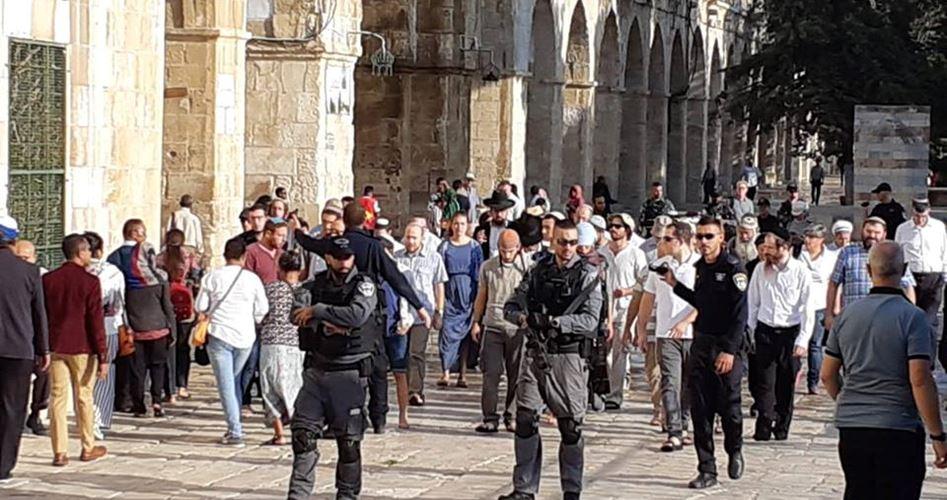 Decine di coloni, guidati da rabbino fanatico, invadono al-Aqsa