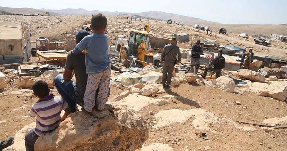Bulldozer israeliani livellano terreni a Khan al-Ahmar