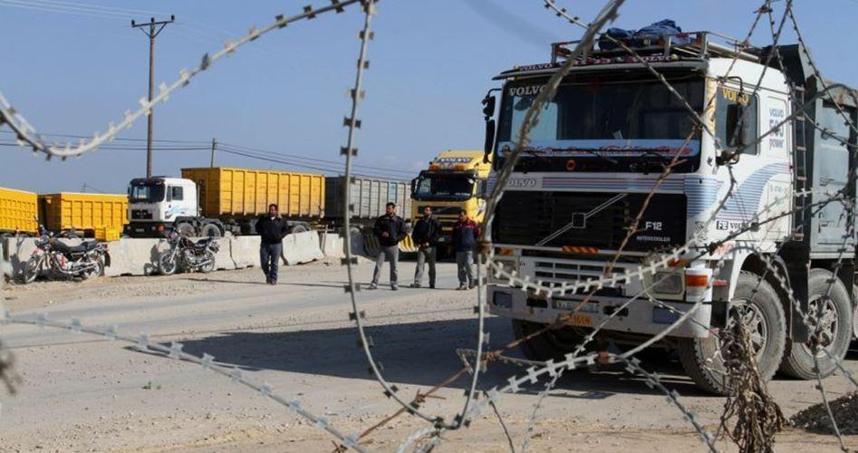 Coloni impediscono l'accesso di camion di merci nella Striscia di Gaza assediata
