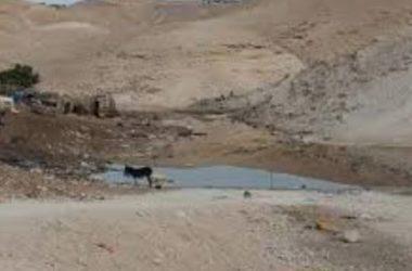 Coloni inondano Al-Khan Al-Ahmar di acque fognarie