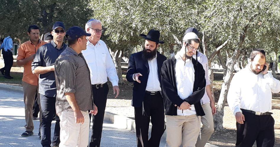 Ministro e coloni israeliani invadono al-Aqsa