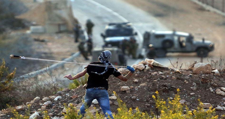 Giovani palestinesi attaccano autobus di coloni a Hebron