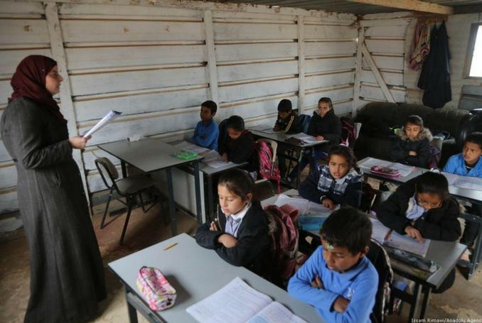 Coloni scaricano acque reflue in scuola palestinese a Qalqiliya
