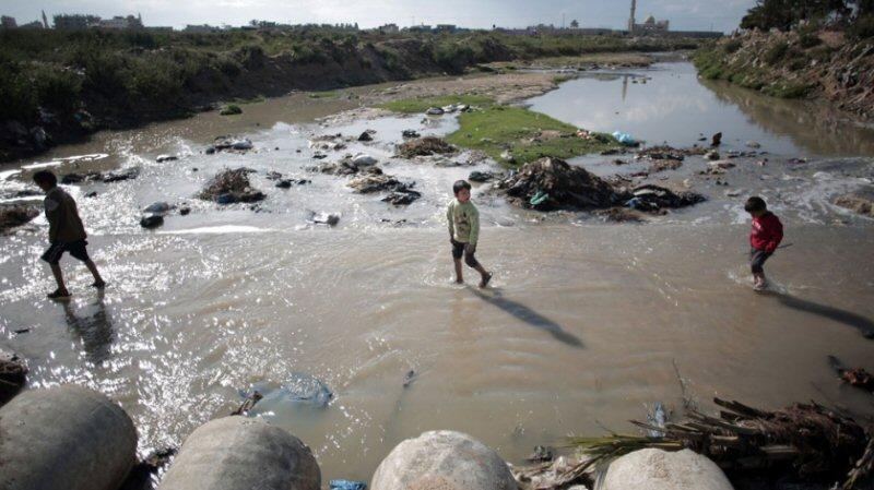 """L'acqua potabile contaminata di Gaza fa diffondere la """"Sindrome del Bambino Blu"""""""