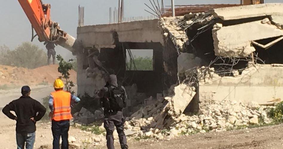 Forze israeliane demoliscono casa palestinese e arrestano proprietario