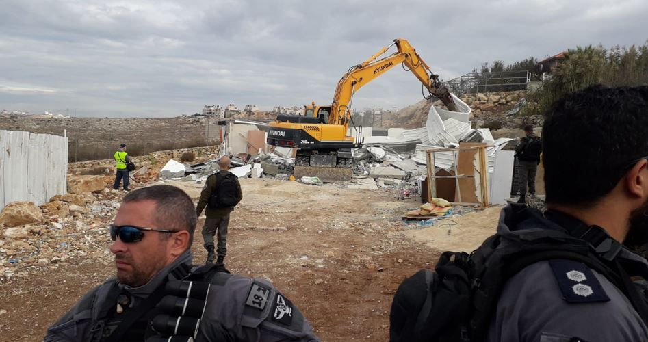 Bulldozer israeliani demoliscono strutture palestinesi nella Gerusalemme occupata