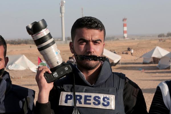 Assediati da tutte le parti, i giornalisti di Gaza rischiano la vita per fare il loro lavoro