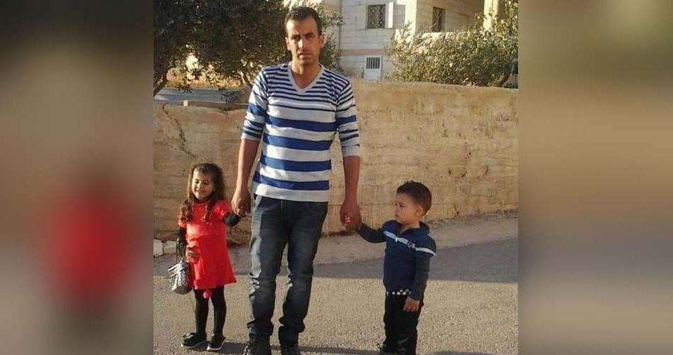 Un'orda di coloni israeliani uccide un padre di famiglia e ferisce altri 30 Palestinesi