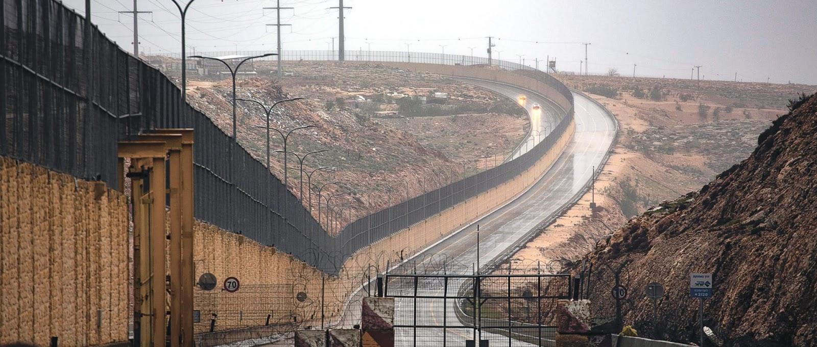 """La strada solo per """"ebrei"""" apre accanto al gigantesco muro di separazione israeliano"""