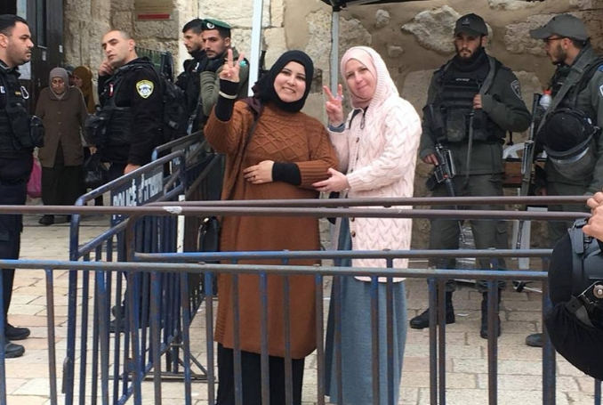 Forze israeliane arrestano tre donne palestinesi ad al-Aqsa (VIDEO)