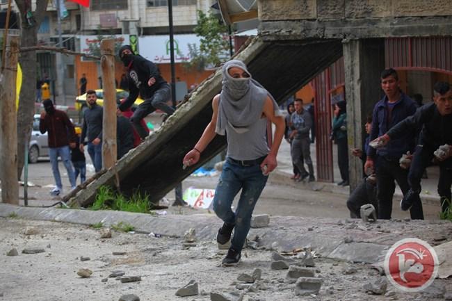 Forze israeliane feriscono adolescente palestinese e reprimono marcia a Hebron