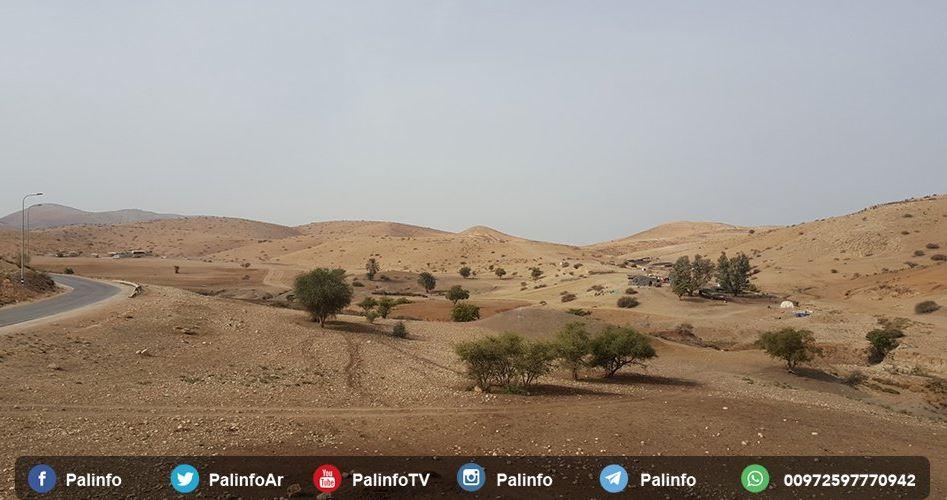Le forze israeliane demoliscono tende di residenti a al-Ras al-Ahmad