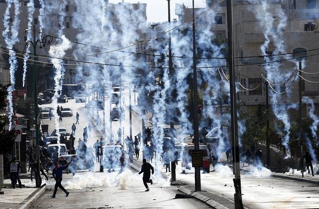 Soldati israeliani sparano lacrimogeni vicino ad asilo: diversi bambini intossicati