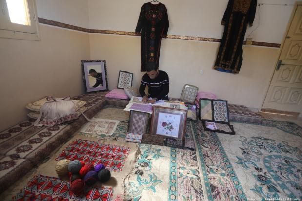 Gazawi cuce vesti che raffigurano eredità palestinese