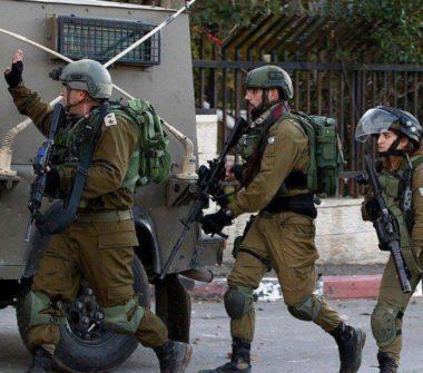 Soldati israeliani invadono Kobar e feriscono due palestinesi con proiettili rivestiti di gomma