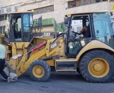Soldati israeliani demoliscono pozzo a Hebron