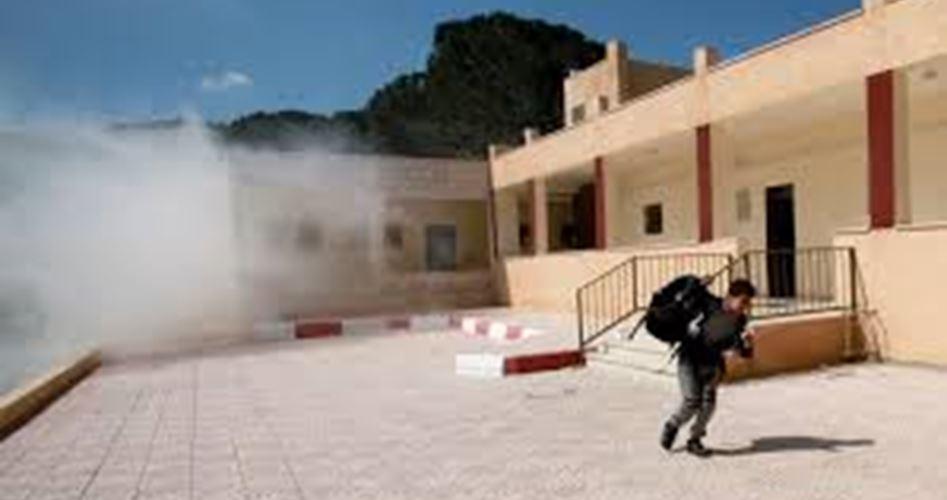 Soldati israeliani lanciano gas lacrimogeno contro insegnanti e studenti ad al-Khalil