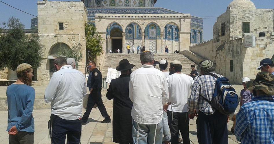 Decine di coloni e forze di polizia invadono la moschea al-Aqsa