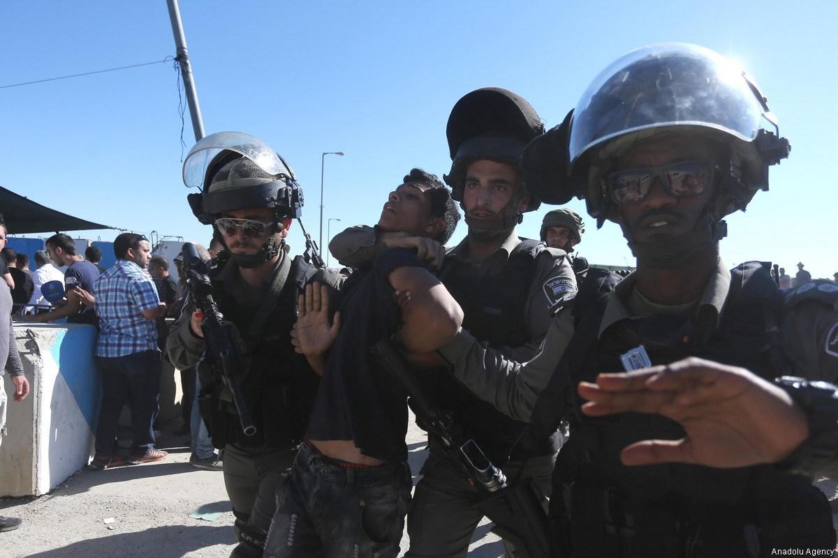 Pubblicato video di soldati israeliani mentre colpiscono dei palestinesi sotto custodia