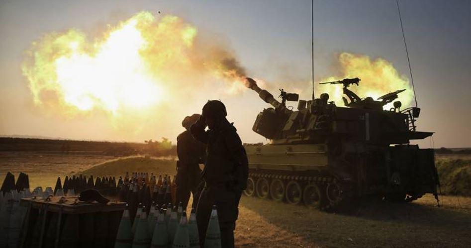 L'artiglieria israeliana bombarda la Striscia di Gaza